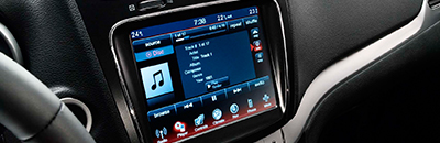Uconnect® multimedia centre with hands-free communication5 and SiriusXM satellite radio4